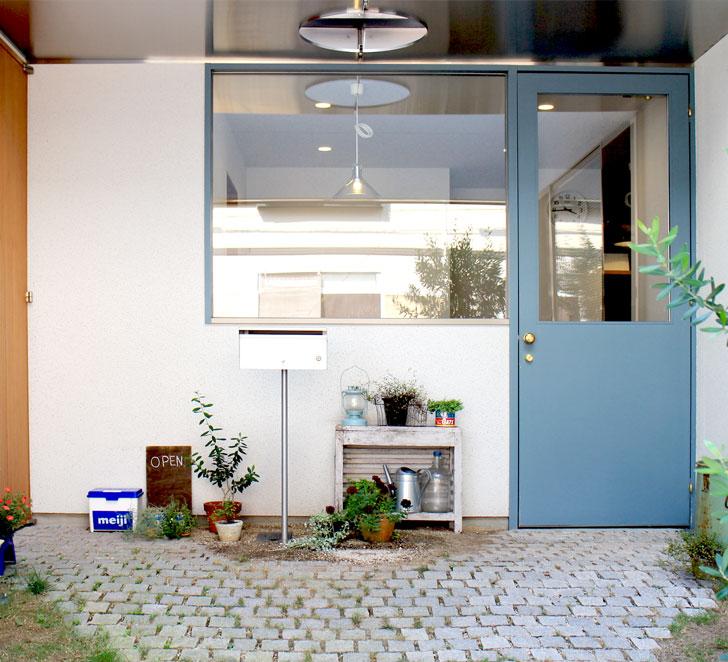 入り口の青いドア